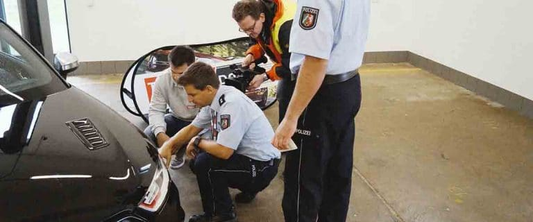 Polizei inspiziert Fahrzeug Tuning