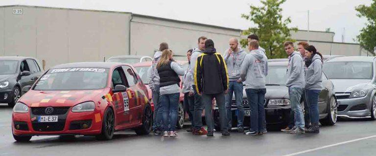 Track and Safety Days Teilnehmer stehen im Kreis und unterhalten sich