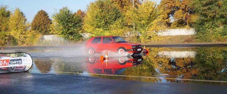 VW Golf Oldtimer auf Aquaplaning Teststrecke