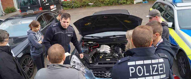 Polizei inspiziert Teilnehmerfahrzeug