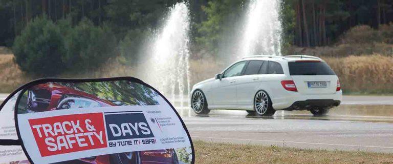 Mercedes Benz Kombi am Start der Aquaplaning Teststrecke